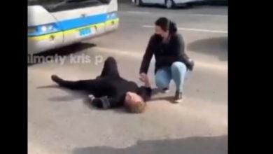 Photo of Алматы полициясы көшеде құлап жатқан адамдар туралы видеоға қатысты түсінік берді